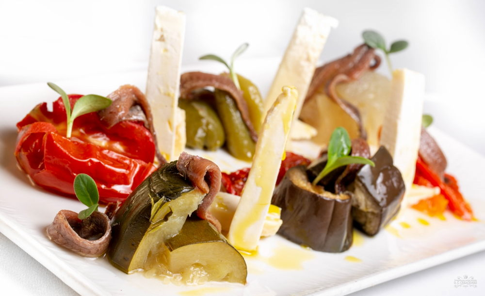 Cantabrian sea anchovies on roasted peppers salad with Asturian cheese from Pravia