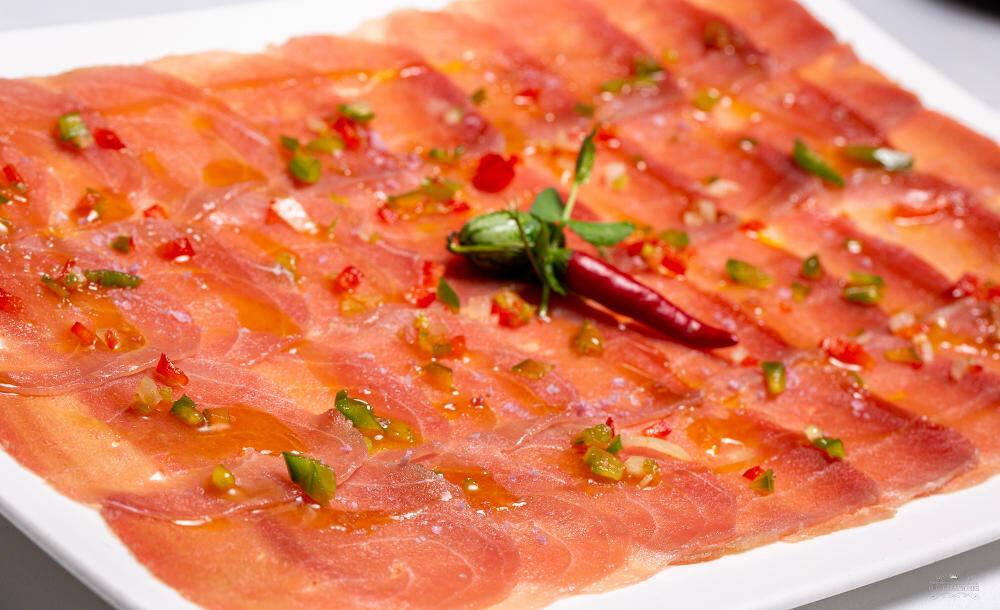 Carpaccio de atún rojo y aceite de trufas blancas