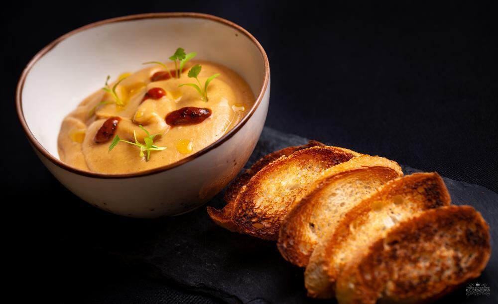 Hummus de fabes y oricios