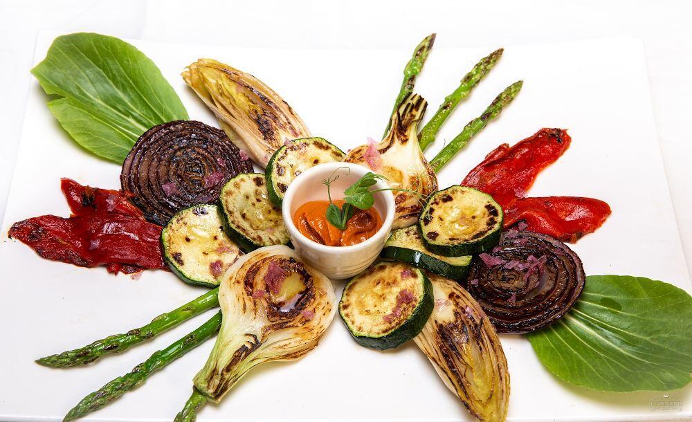 Parrillada de verduras de temporada y salsa romescu